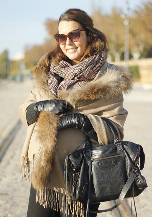 capa con capucha de piel